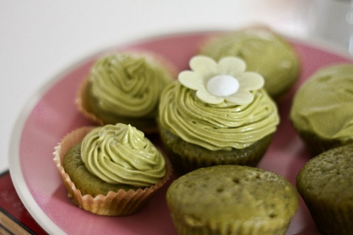 gesundheit-gesunde-ernaehrung-matcha-muffins-mit-fondant-blume-als-deko-muffins-dekorieren