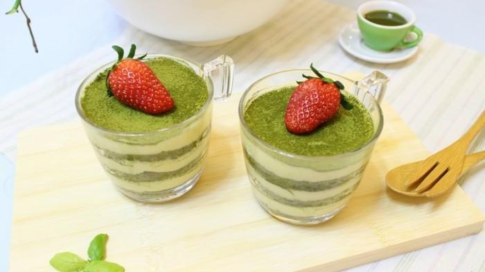 gruener-tee-matcha-etagen-in-glass-creme-mousse-aus-matcha-milch-honig-erdbeere-deko-nachtisch