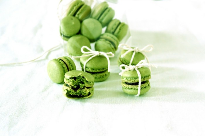 gruener-tee-matcha-hausgemachte-macaroons-in-gruen-mit-weisser-schleife-bund-deko-geschenke-aus-der-kueche-gesundheit