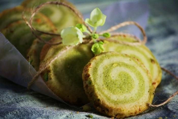 gruener-tee-matcha-spiralfoermige-kekse-mit-matcha-und-sahne-geschenke-aus-der-kueche-gesund