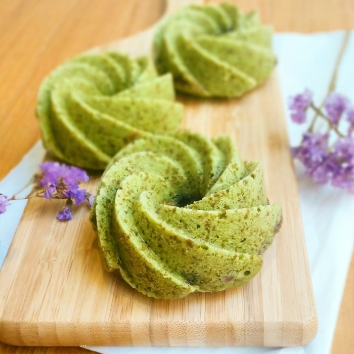 gruener-tee-matcha-wunderschoene-kekse-aus-matcha-pulver-gemacht-spritz-deko-blumen-lila-dessert