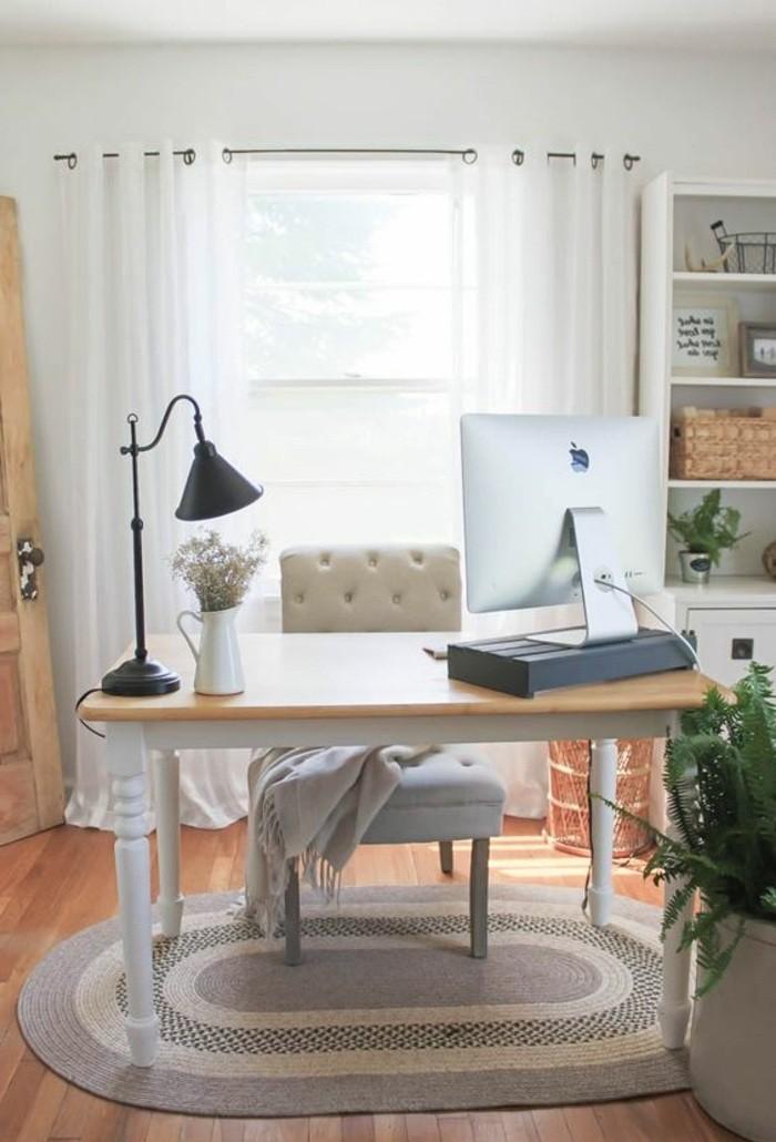 heimbuero-weisser-stuhl-schreibtisch-computer-tischlampe-pflanze-fenster-schrank