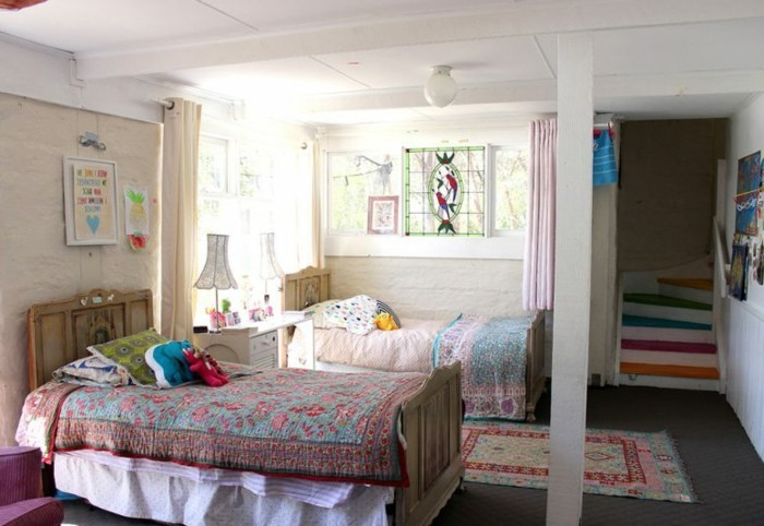 helles-kinderzimmer-treppen-raum-abtrennung-bunter-teppich-weiße-zimmerdecke