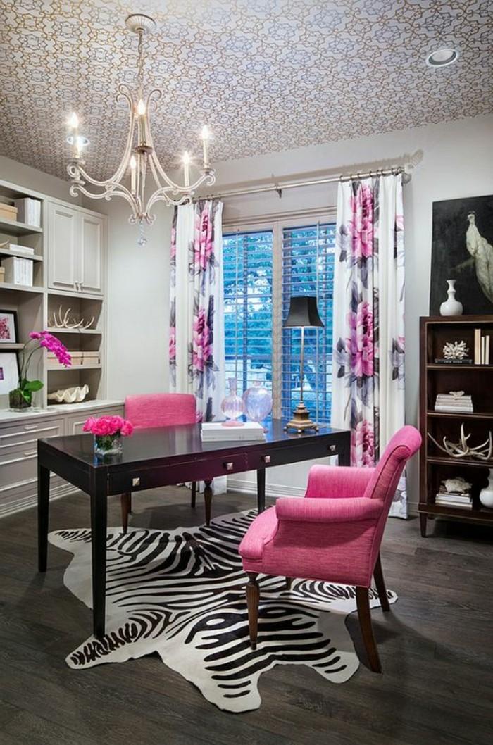 hembuero-rosa-stuhl-schreibtisch-teppich-kronleuchter-gardinen-blumen-schrank