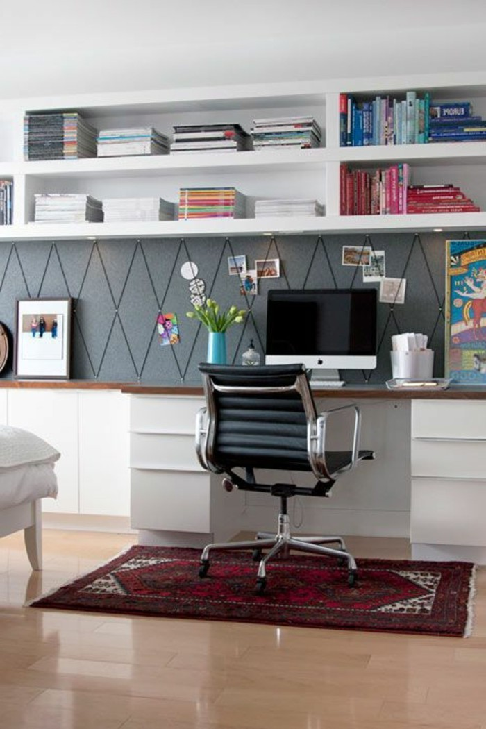 hembuero-schwarzer-stuhl-weisser-schrank-buecher-computer-fotos-teppich-blumen
