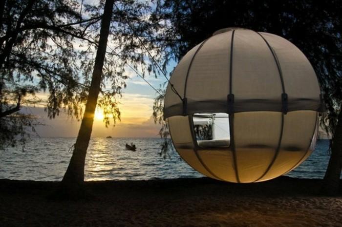 hier-ist-ein-außergewöhnliches-campingzelt-an-einem-seeufer