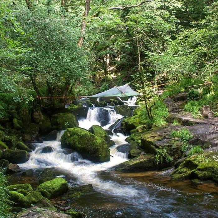 hier-ist-ein-baumzelt-über-einem-wilden-bergfluss