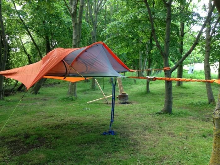 hier-ist-ein-oranges-zelt-mit-strickleiter