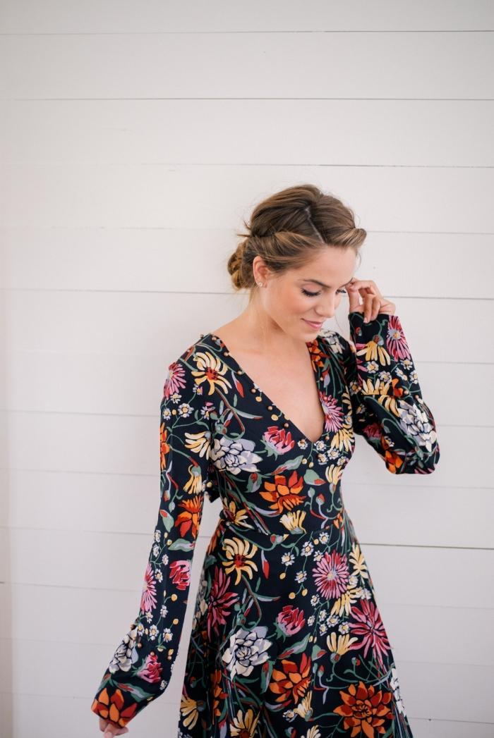 hochsteckfrisuren lange haare, schwarzes kleid mit floralen motiven, frisur in boho stil