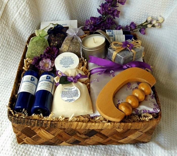 hochzeitsgeschenke-ideen-geschenkkorb-wein-weinflaschen-gewuerze-kerzen-seife-trockene-pflanzen-originelle-hochzeitsgeschenke