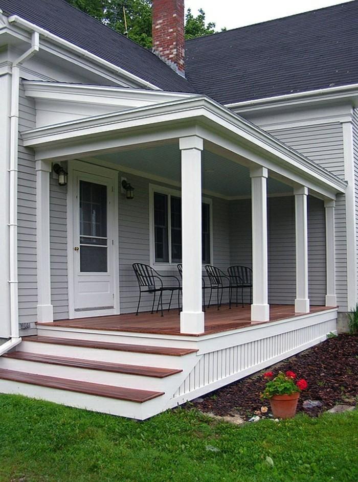 holzhaus-mit-veranda-außentreppen-rasenfläche