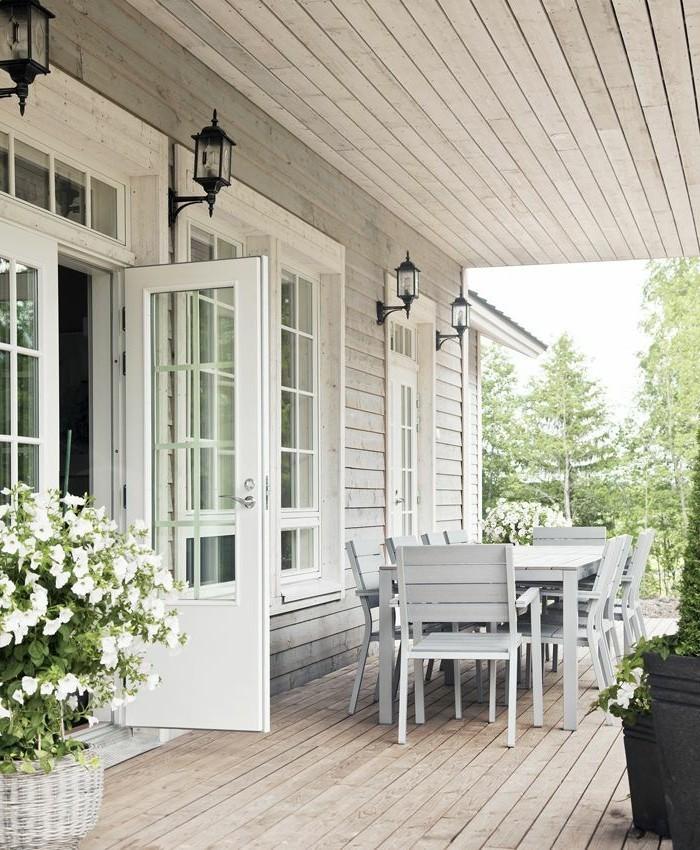 holzhaus-mit-veranda-großer-esstisch