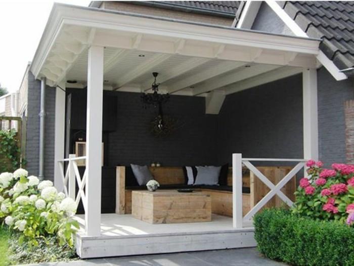 holzhaus-mit-veranda-rustikale-sitzmöbel-aus-holz