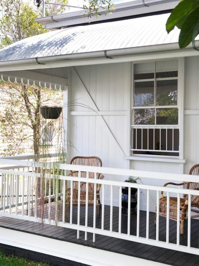holzhaus-mit-veranda-stühle-amerikanisches-haus