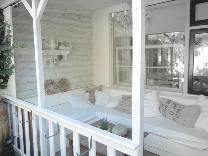 holzhaus-mit-veranda-und-landhaus-sitzecke