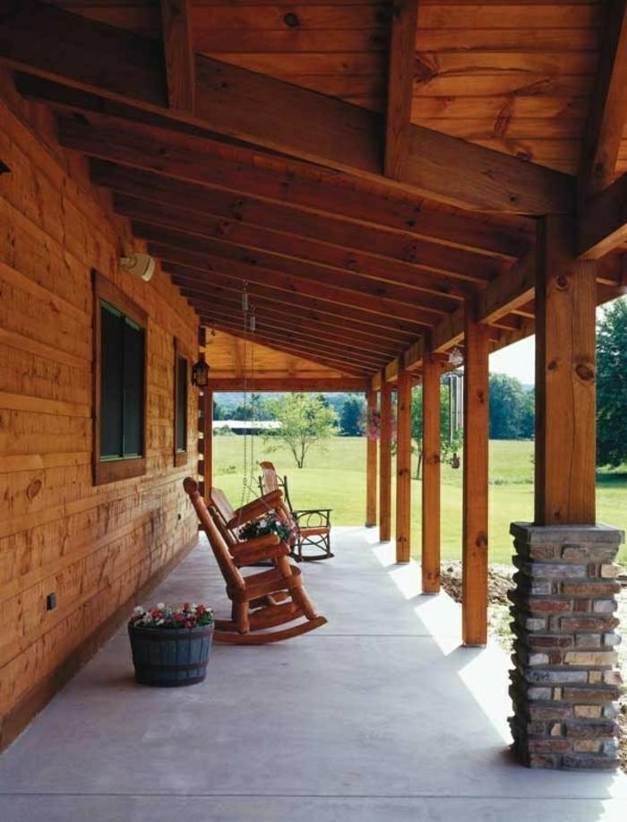 holzhaus-mit-veranda-und-relaxsessel