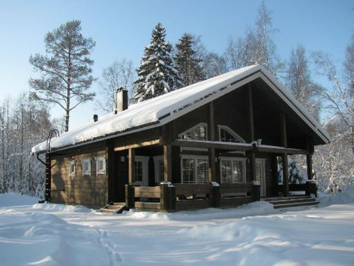 holzhaus-skihütte-mit-veranda-gebirge-skiferien