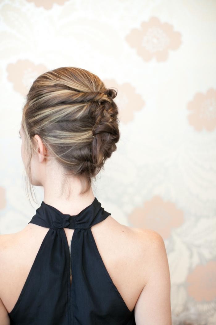 honigfarbige schulterlange haare mit blonden strähnen, abendfrisur ideen, hochzeitsgast