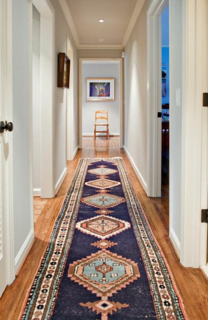 ideen-für-den-flur-mit-langem-teppich-in-blauer-farbe