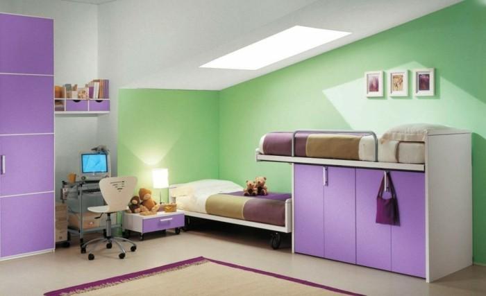 ideen-kinderzimmer-grüne-wand-schrägdach-teppich-lila-kleiderschrank-hochbett-nachttisch-schublade-computer