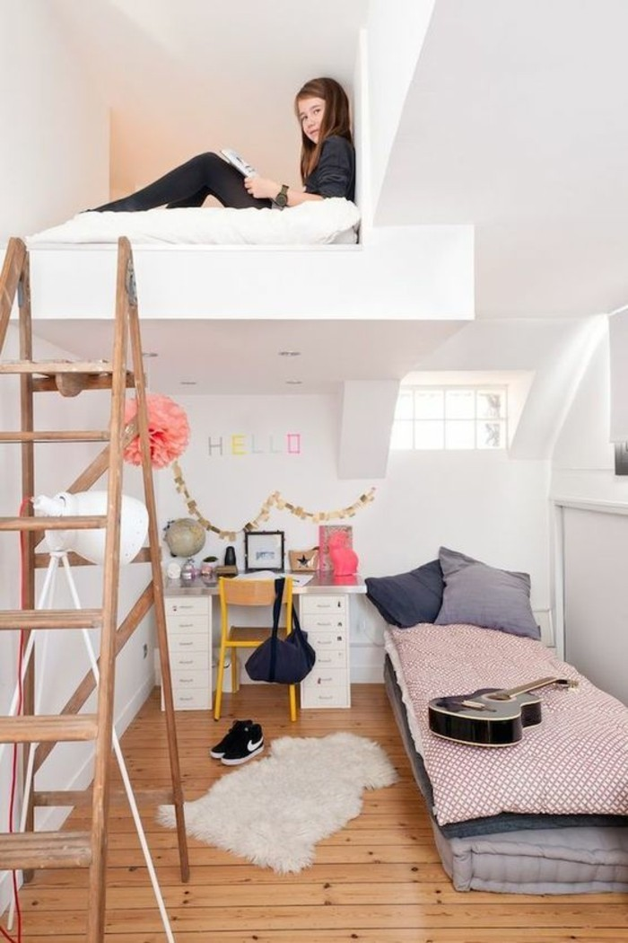 ideen-kinderzimmer-klein-hochbett-schrägdach-holzleiter-parkettboden-gitarre-dunkle-kissen-gelber-stuhl
