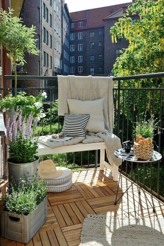 ideen-kleiner-balkon-blumen-runder-tisch-baum-blumentöpfe-boden-aus-holz