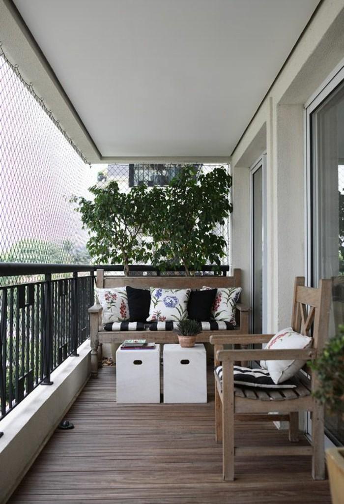 ideen-kleiner-balkon-boden-aus-holz-stuhl-sofa-kleine-weiße-tische-baum-pflanzen
