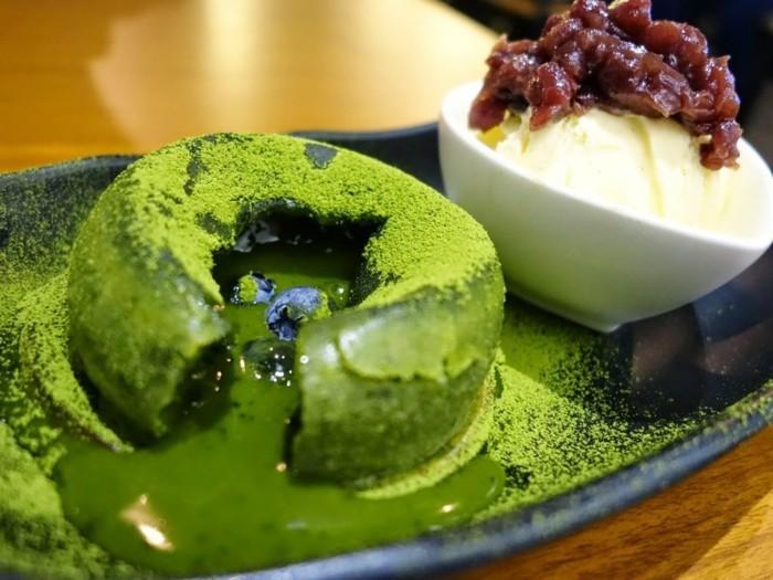innovative-rezepte-mit-matcha-lava-kuchen-aus-matcha-anstelle-von-schokolade-eis-zutat-gruener-nachtisch