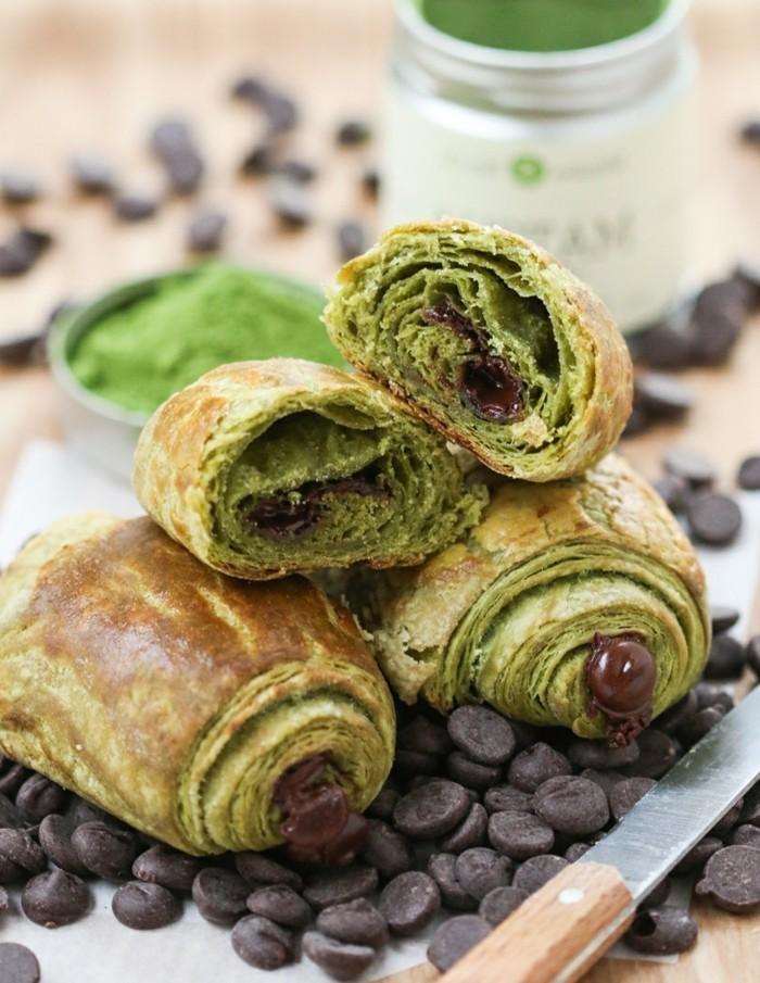 innovative-rezepte-mit-matcha-mini-croissants-mit-butterteig-matcha-pulver-und-dunkle-schokolade-fruehstueck