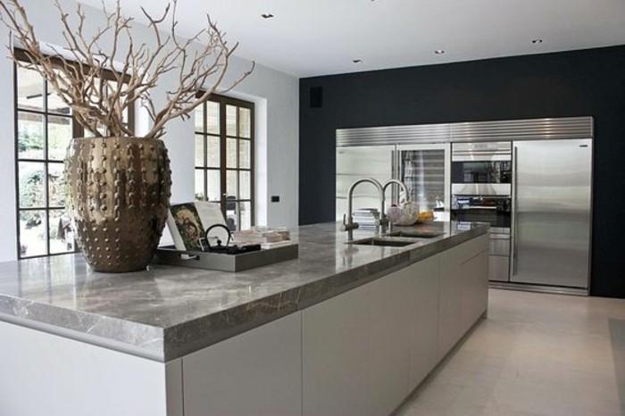 küche-dekorieren-in-weiß-und-silbern-waschbecken-kühlschrank-ofen-goldene-vase