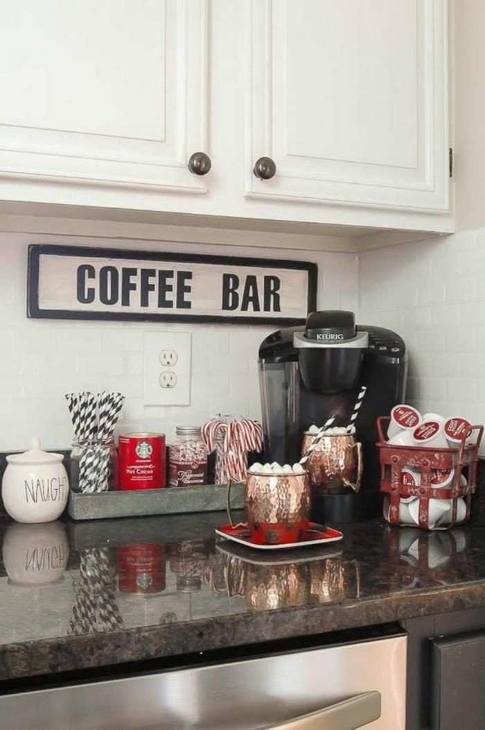 küche-dekorieren-weißer-schrank-kaffeemaschine-wanddeko-teller-behälter-tassen