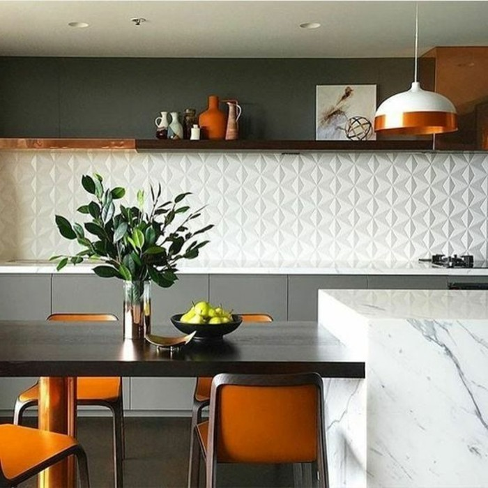 küche-dekorieren-weißer-wandpaneel-orange-stühle-grüne-pflanze-vasen-lampe-obst
