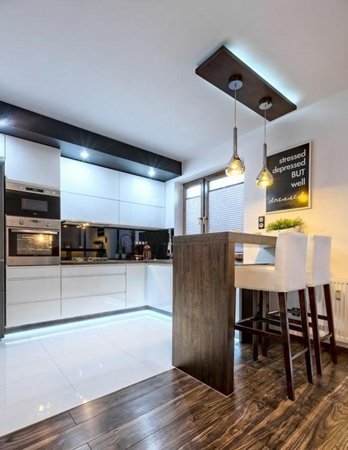 küchendekoration-bild-mit-sprüche-weiße-stühle-tisch-ofen-weiße-schränke-fliesen-holz-lampen