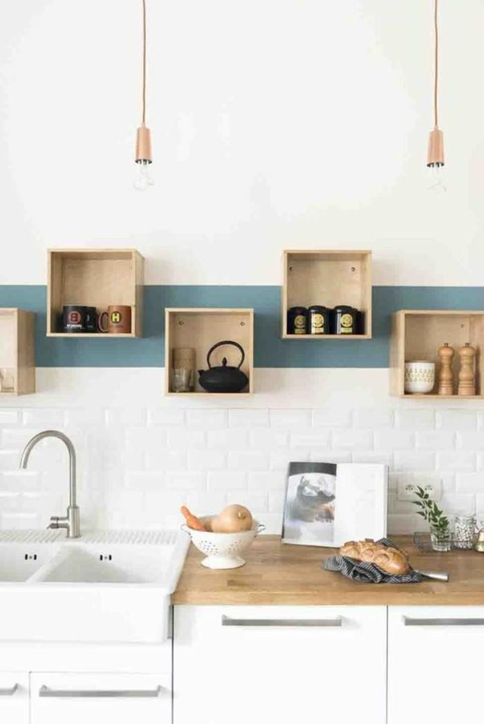 küchendekoration-hölzerne-regale-tassen-waschbecken-weiße-schränke-brot-buch-lampen