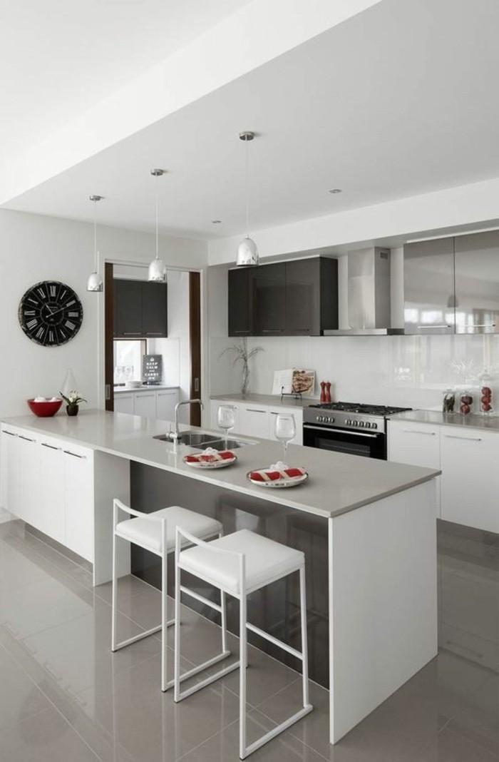 küchendekoration-schwarze-wanduhr-weiße-stühle-ofen-lampen-aspirator-schränke-kücheninsel