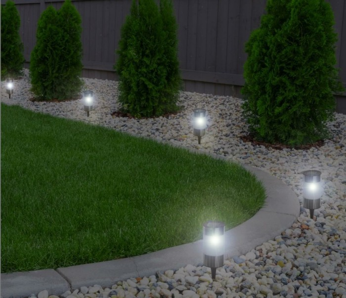 kieselstein-weg-gartengestaltung-in-der-nacht-beleuchtet-mit-solarleuchten