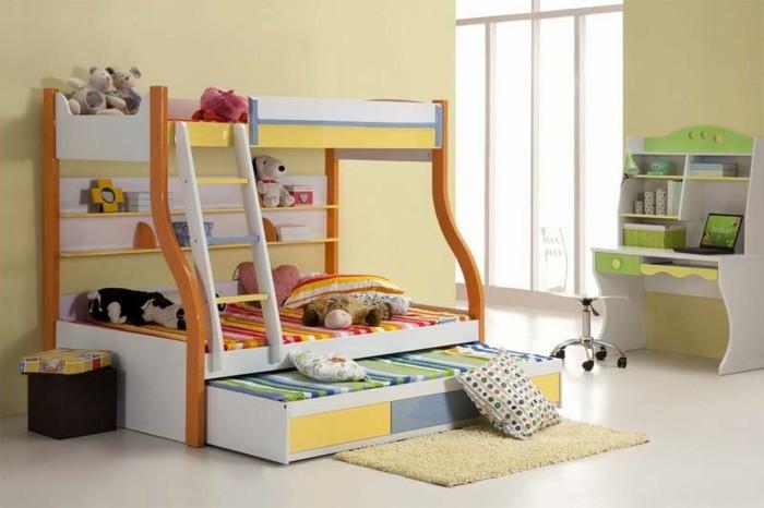 kinderzimmer-einrichten-für-drei-zweistöckiges-bett-ausziehbares-bett-kleiner-schreibtisch-laptop-teppich
