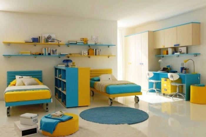 kinderzimmer-einrichten-gelb-blau-gestalten-betten-auf-rädern-regal-raum-abtrennen-blauer-schreibtisch