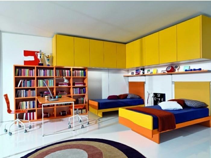 kinderzimmer-einrichten-gelber-schrank-holzbetten-blaue-lacken-rote-decke-rundteppich-schreibtisch-bücherregal