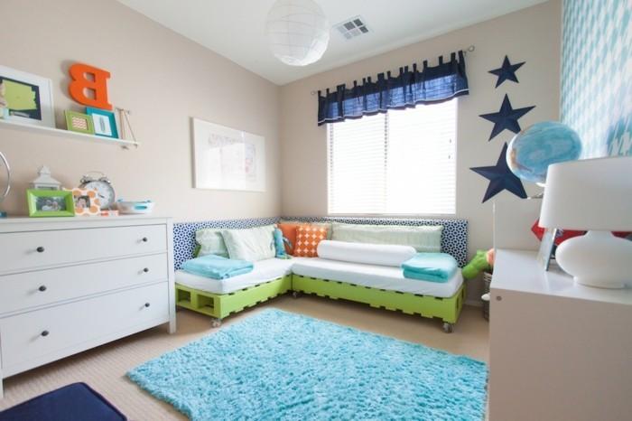 kinderzimmer-einrichten-zwei-kinder-blauer-plüschteppisch-weiße-kommode-regal-wadtattoo