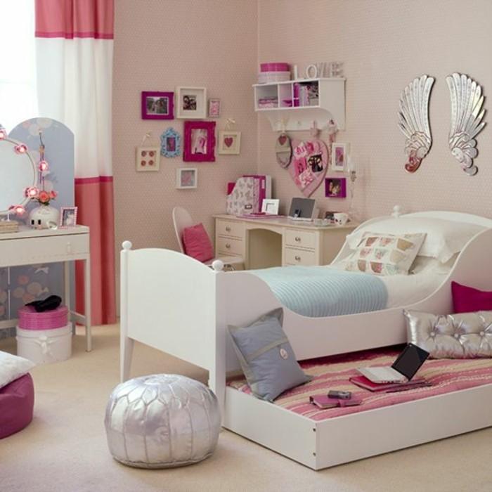 kinderzimmer-für-mädchen-pink-zwei-betten-wanddekorationen-lederhocker-silber-lederkisse-silber