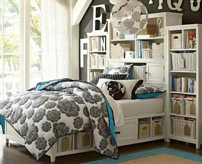 kinderzimmer-für-mädchen-weißes-doppelbett-teppich-regale-bücher-wanddeko-kronleuchter-papier-rund