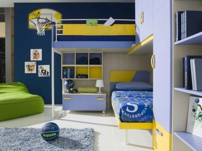 kinderzimmer-farben-gelb-grün-blau-teppich-weißer-boden-lila-schränke-regal-unter-bett