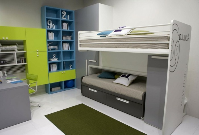 kinderzimmer-farben-grün-blau-graue-betten-rädern-ausziehen-teppich-dunkelgrün-weißer-boden
