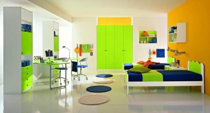 kinderzimmer-farben-grelle-grüne-farbe-dunkelblaue-farbe-kleine-rundteppiche-schreibtisch-zwei