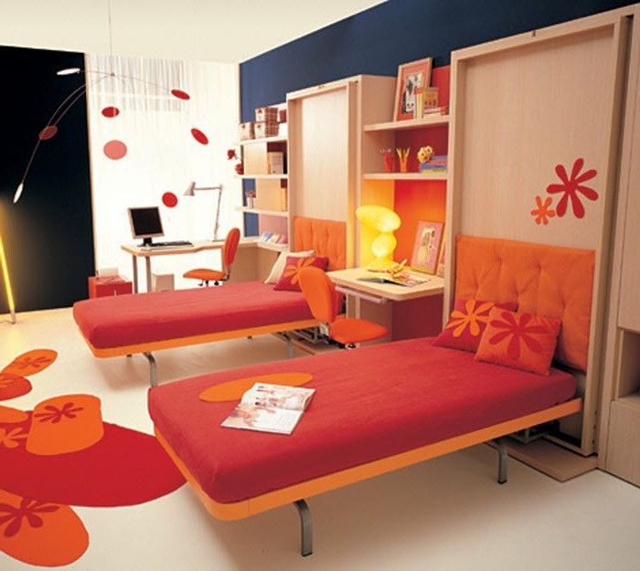 kinderzimmer-farben-mädchen-orange-rot-zwei-schreibtische-schreibtischlampen-teppich