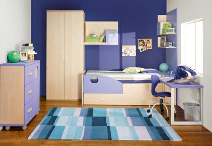 kinderzimmer-gestalten-blau-lila-wand-weiße-wand-blauer-musterteppich-dunkler-parkettboden-lila-schreibtisch