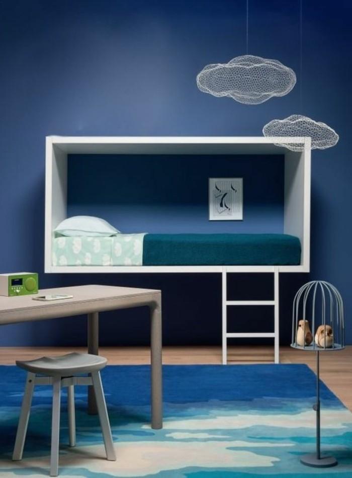 kinderzimmer-gestalten-blaue-farben-blaue-wand-blauer-teppich-holzboden-hochbett-weißer-schreibtisch
