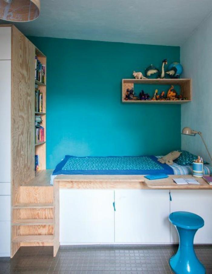 kinderzimmer-gestalten-türkisblau-holzmöbel-blauer-hocker-plastick-regal-kleiderschrank-weiß