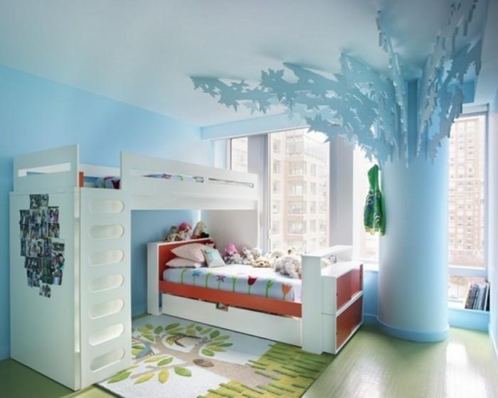 kinderzimmer-ideen-blaue-gestaltung-musterteppich-grüner-boden-weißes-hochbett-bett-bettkasten